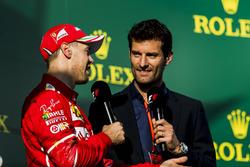 Sebastian Vettel, Ferrari es entrevistado por Mark Webber en el podium