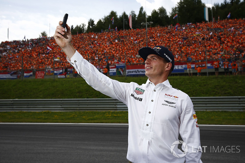 Max Verstappen, Red Bull, toma una foto con sus fans holandeses en el fondo