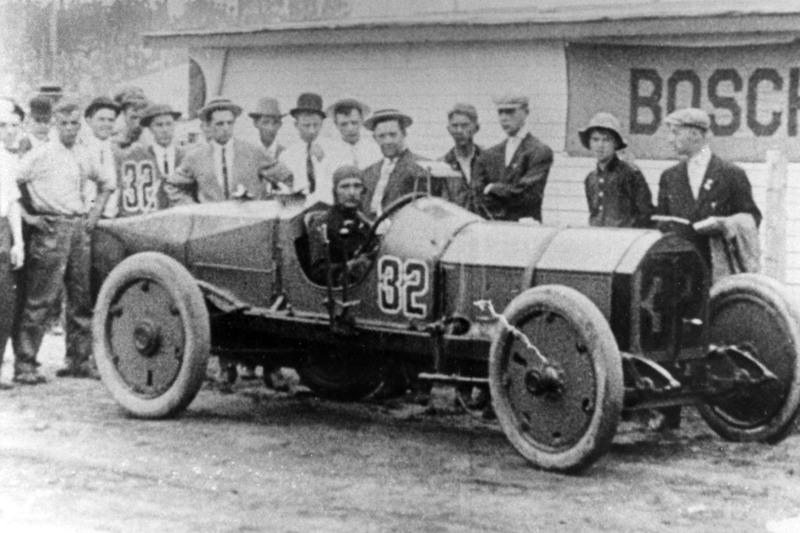Именно на Indy 500 впервые появились зеркала заднего вида – благодаря Рэю Харруну в самой первой гонке в 1911 году. Правда, после гонки Харрун сказал, что большого толку от этого не было