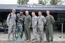 Vaughn Gittin Jr. mit Mitgliedern der Armee