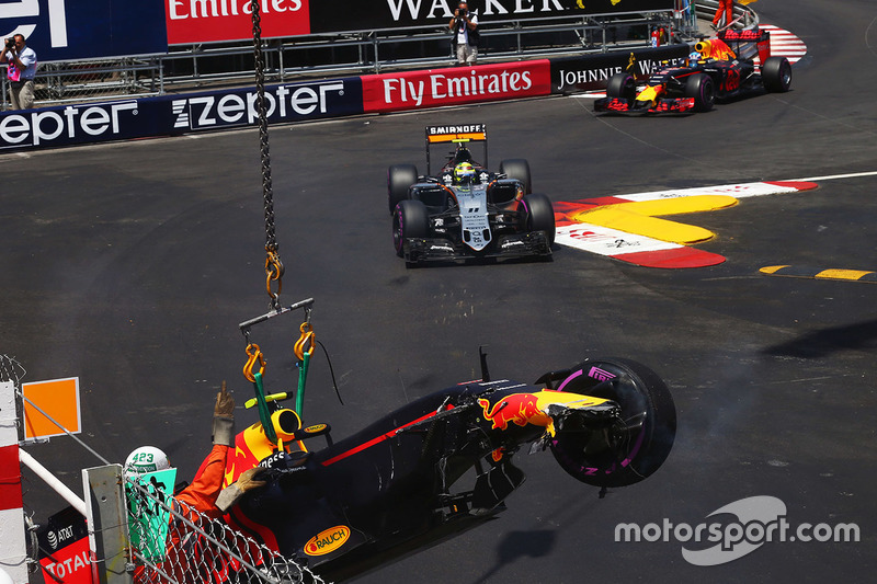 Crash: Max Verstappen, Red Bull Racing RB12