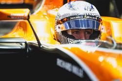 Фернандо Алонсо в боксах с открытым визором, McLaren MCL32