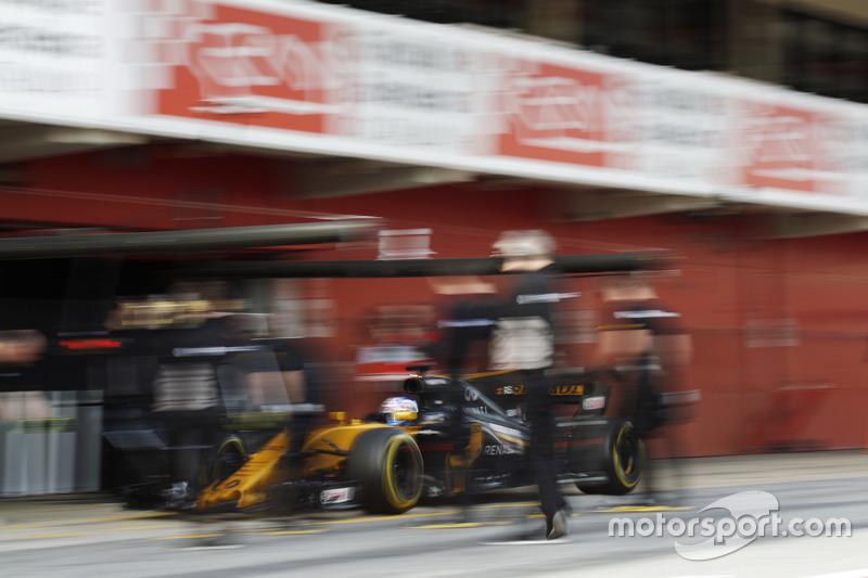 Jolyon Palmer, Renault F1 Team RS 17, entra al pit