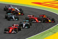 Старт гонки: лидирует Себастьян Феттель, Ferrari SF70H; на заднем плане - столкновение Кими Райкконена, Ferrari SF70H, и Макса Ферстаппена, Red Bull Racing RB13