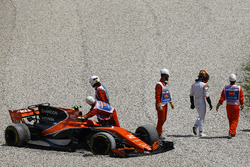 Marshals remove the car of Stoffel Vandoorne, McLaren MCL32