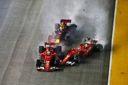 Startcrash: Kimi Raikkonen, Ferrari SF70H, Sebastian Vettel, Ferrari SF70H, Max Verstappen, Red Bull Racing RB13