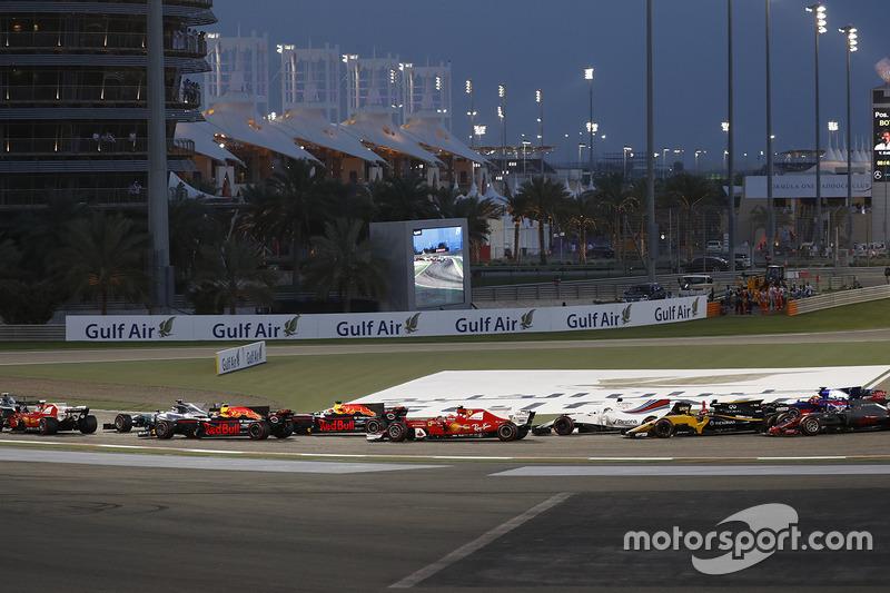 Valtteri Bottas, Mercedes F1 W08, Sebastian Vettel, Ferrari SF70H, Lewis Hamilton, Mercedes F1 W08, Max Verstappen, Red Bull Racing RB13, Daniel Ricciardo, Red Bull Racing RB13 at the start