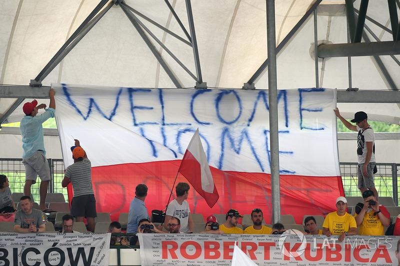 Robert Kubica, Renault Sport F1 Team RS17 fans y banner
