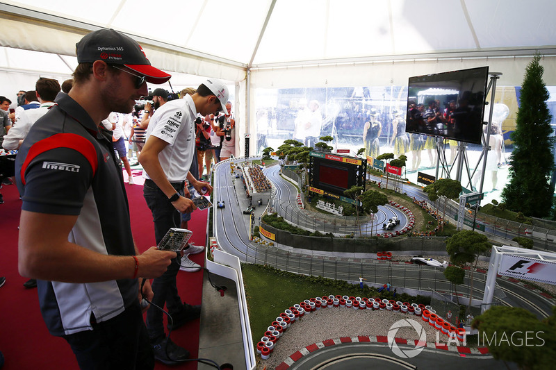 Romain Grosjean, Haas F1 Team, juega con la Scalextric