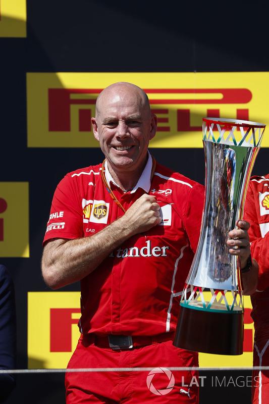 Jock Clear, Director de ingeniería, Ferrari, recoge el trofeo de constructores