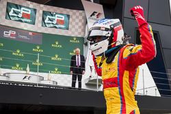 Yarış galibi Giuliano Alesi, Trident