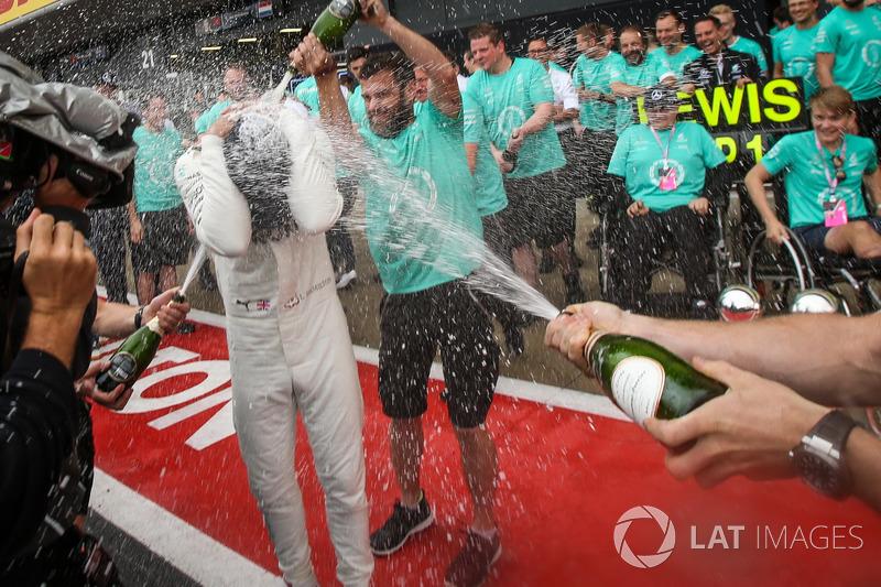 Lewis Hamilton, de Mercedes AMG F1 celebra, champagne y los trofeos con Billy Monger y el equipo