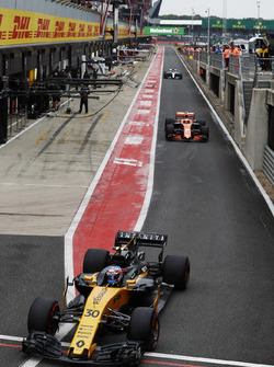 Jolyon Palmer, Renault Sport F1 Team RS17, Stoffel Vandoorne, McLaren MCL32 and Lewis Hamilton, Mercedes AMG F1 W08