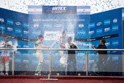 Dobogó: a győztes Norbert Michelisz, Honda Racing Team JAS, második Tiago Monteiro, Honda Racing Team JAS, és a harmadik Thed Björk, Polestar Cyan Racing