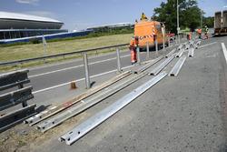 Los trabajadores instalan las barreras de seguridad en la recta de Mulsanne (Hunaudières)