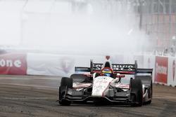 Sébastien Bourdais, Dale Coyne Racing Honda, celebra con un burnout