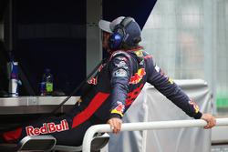 Carlos Sainz Jr., Scuderia Toro Rosso, regarde les essais libres depuis le muret des stands