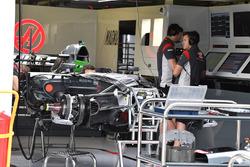 Haas VF-17 у гаражі