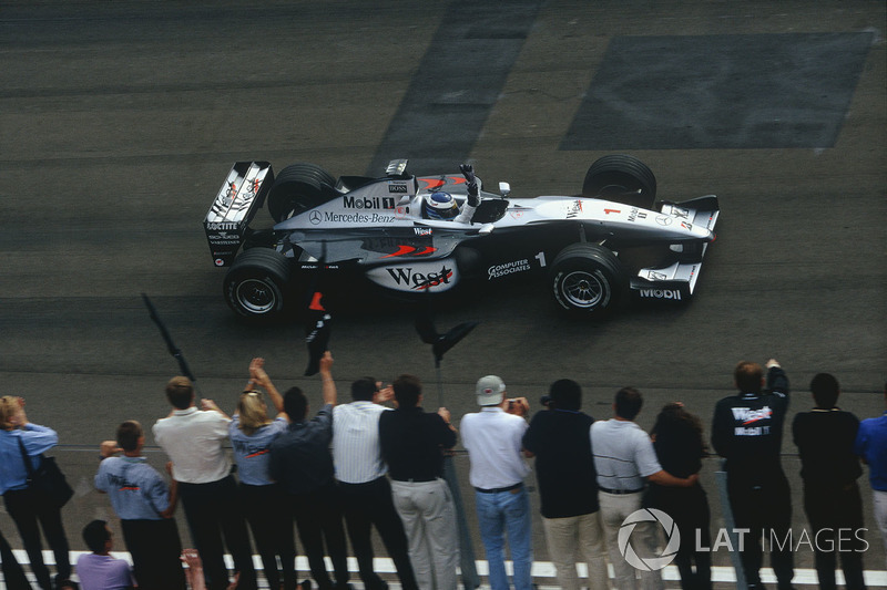 Mika Hakkinen,McLaren MP4/14 Mercedes-Benz, celebra la victoria después de ganar