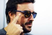 Fernando Alonso usando gafas de sol Kimoa