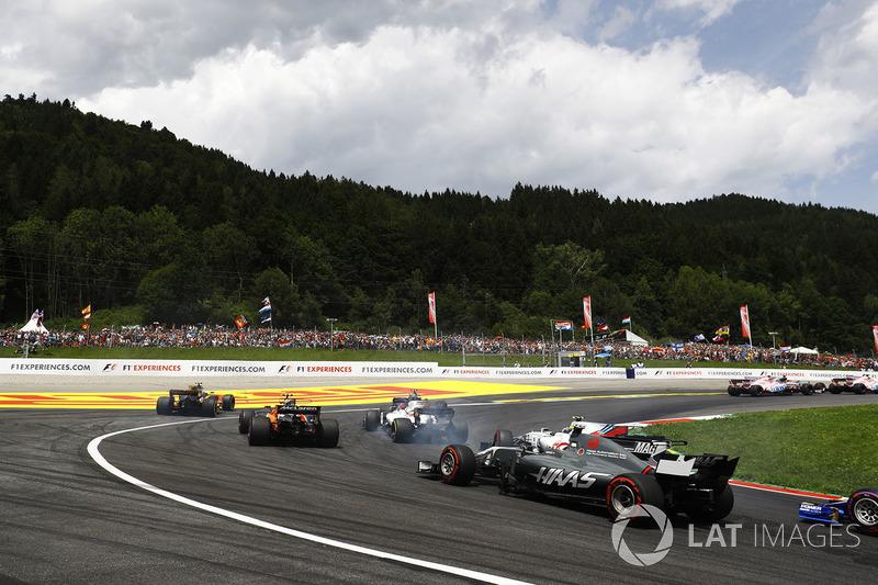 Kevin Magnussen, Haas F1 Team VF-17, chases Lance Stroll, Williams FW40, Felipe Massa, Williams FW40, Stoffel Vandoorne, McLaren MCL32, a wide Jolyon Palmer, Renault Sport F1 Team RS17 and Carlos Sainz Jr., Scuderia Toro Rosso STR12