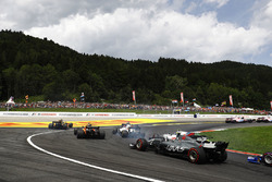 Kevin Magnussen, Haas F1 Team VF-17, chases Lance Stroll, Williams FW40, Felipe Massa, Williams FW40, Stoffel Vandoorne, McLaren MCL32, a wide Jolyon Palmer, Renault Sport F1 Team RS17 and Carlos Sainz Jr., Scuderia Toro Rosso STR12