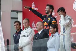 Pierre Wache, Red Bull Racing Chief Engineer Performance Engineering, Race winner Valtteri Bottas, Mercedes AMG F1 Daniel Ricciardo, Red Bull Racing and Lance Stroll, Williams