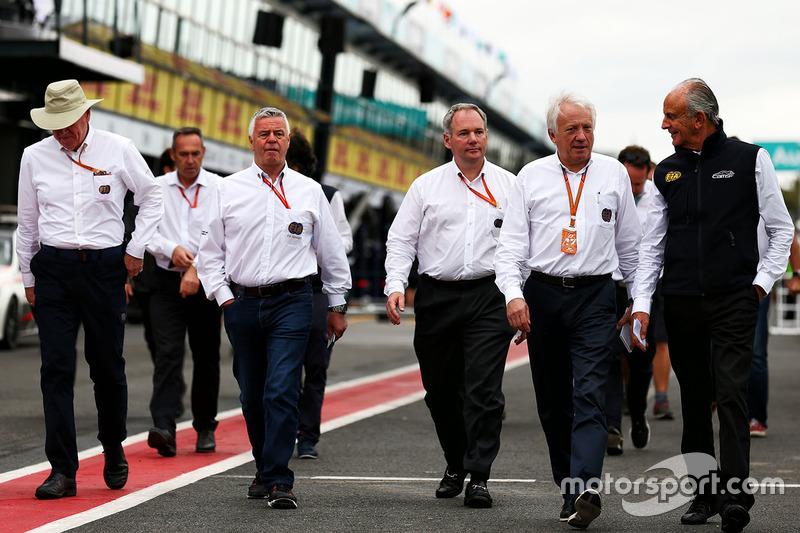 Derek Warwick, FIA, mit F1-Rennleiter Charlie Whiting und weiteren FIA-Verantwortlichen