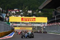 Нико Росберг, Mercedes AMG F1 Team W07 лидирует на старте гонки