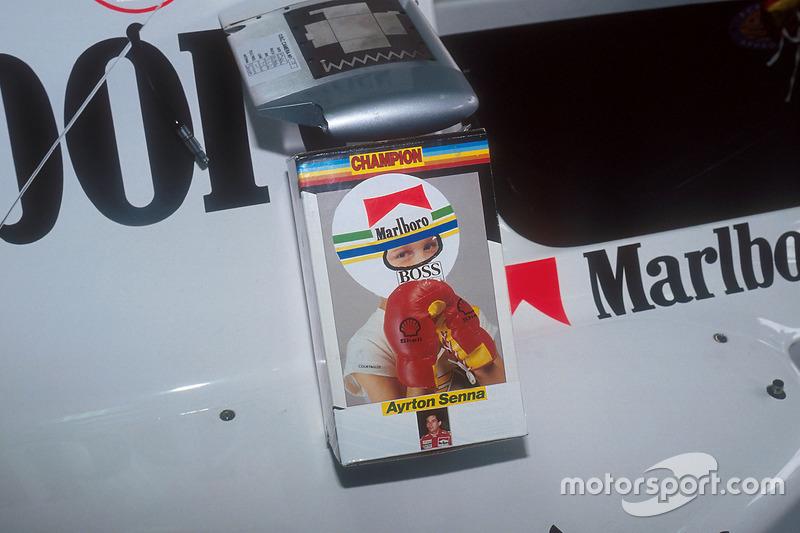 Los guantes colgados de Ayrton Senna, McLaren da el golpe final de la temporada