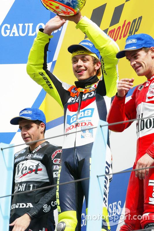 Podium: Ganador, Valentino Rossi, Honda Team, segundo, Alex Barros, Honda Pons, tercero, Carlos Chec