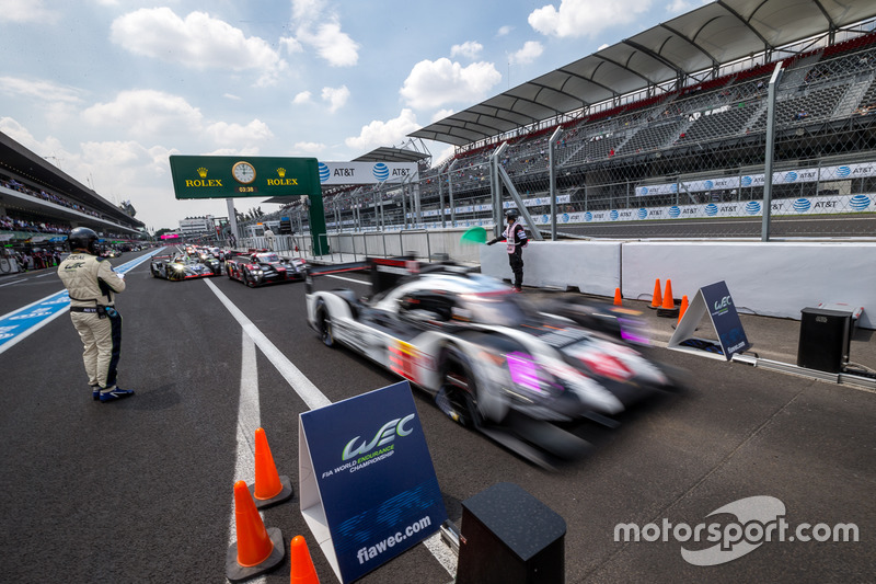 Le vetture LMP1 si allineano per le qualifiche dopo la bandiera rossa