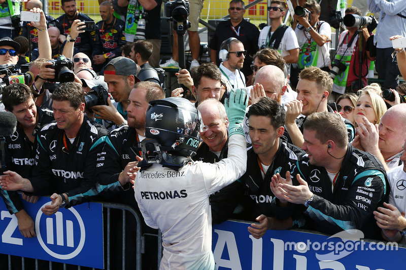 Segundo, Nico Rosberg, Mercedes AMG F1 W07 Hybrid en el parc ferme