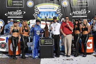 Il vincitore della gara Kevin Harvick, Stewart-Haas Racing, Ford Fusion Busch Light / Mobil 1
