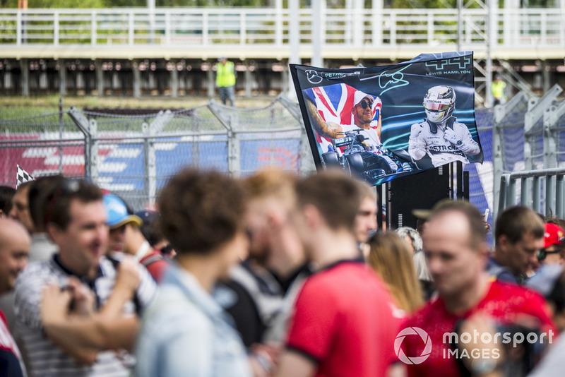 Des fans de Lewis Hamilton, Mercedes AMG F1 avec un drapeau