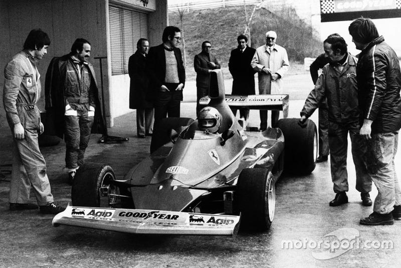 Niki Lauda prova per la prima volta la Ferrari 312T, sotto lo sguardo di Clay Regazzoni, Mauro Forghieri, Enzo Ferrari ed Ermanno Cupghi