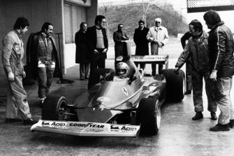 Niki Lauda teste la Ferrari 312T pour la première fois sous les yeux de Clay Regazzoni, Mauro Forghieri, Enzo Ferrari et Ermanno Cupghi