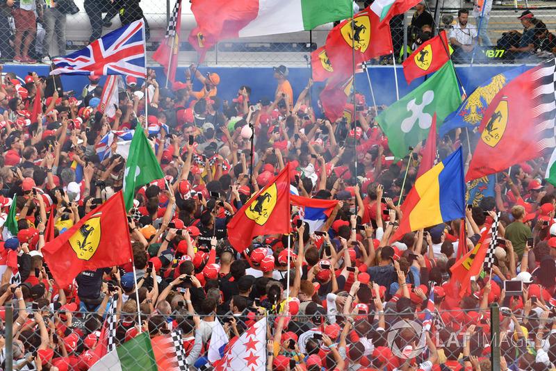Los fans invaden la pista de Monza
