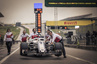 Alfa Romeo Sauber F1 Team mechanics with Alfa Romeo Sauber C37 in pit lane