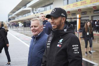 Lewis Hamilton, Mercedes AMG F1, et Johnny Herbert.