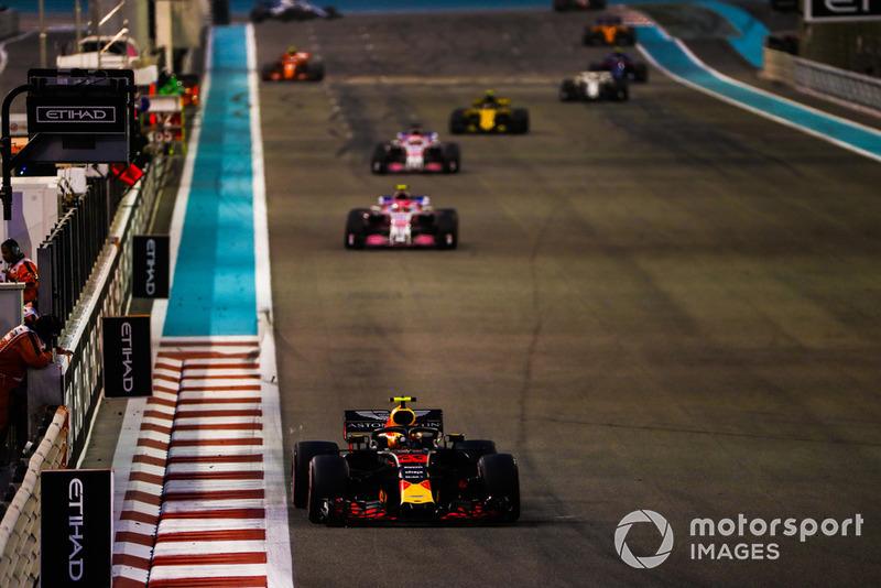 Max Verstappen, Red Bull Racing RB14, precede Esteban Ocon, Racing Point Force India VJM11