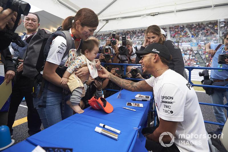 Lewis Hamilton, Mercedes AMG F1, incontra un giovanissimo tifoso
