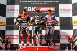 Подиум гонки 1 : второе место - Час Дэвис, Aruba.it Racing - Ducati Team, победитель - Джонатан Рей, Kawasaki Racing Team, и третье место - Михаэль ван дер Марк, Honda WSBK Team