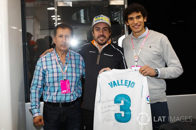 Fernando Alonso, McLaren, recibe una camiseta de fútbol firmada por el jugador del Real Madrid Jesús Vallejo