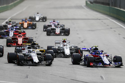 Pierre Gasly, Toro Rosso STR13 Honda, leads Lance Stroll, Williams FW41 Mercedes, Charles Leclerc, Sauber C37 Ferrari, Nico Hulkenberg, Renault Sport F1 Team R.S. 18, and the remainder of the field