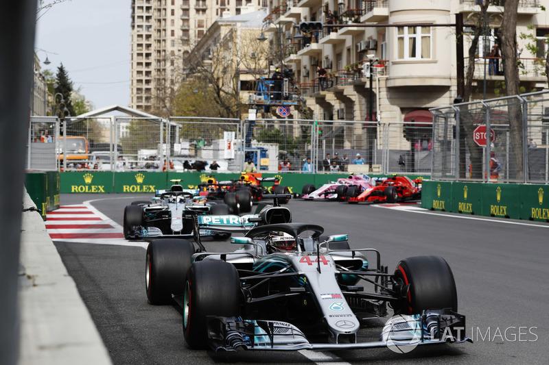 Lewis Hamilton, Mercedes AMG F1 W09, leads Valtteri Bottas, Mercedes AMG F1 W09, Daniel Ricciardo, Red Bull Racing RB14 Tag Heuer, Max Verstappen, Red Bull Racing RB14 Tag Heuer, Kimi Raikkonen, Ferrari SF71H, Esteban Ocon, Force India VJM11 Mercedes