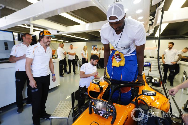 El jugador de baloncesto de la NBA e internacional con España ,Serge Ibaka, con Fernando Alonso, McLaren