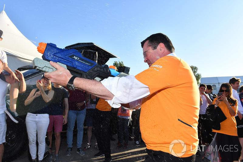 Eric Boullier, director de McLaren Racing, en la carrera de balsas