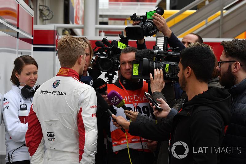 Marcus Ericsson, Alfa Romeo Sauber F1 Team con los medios