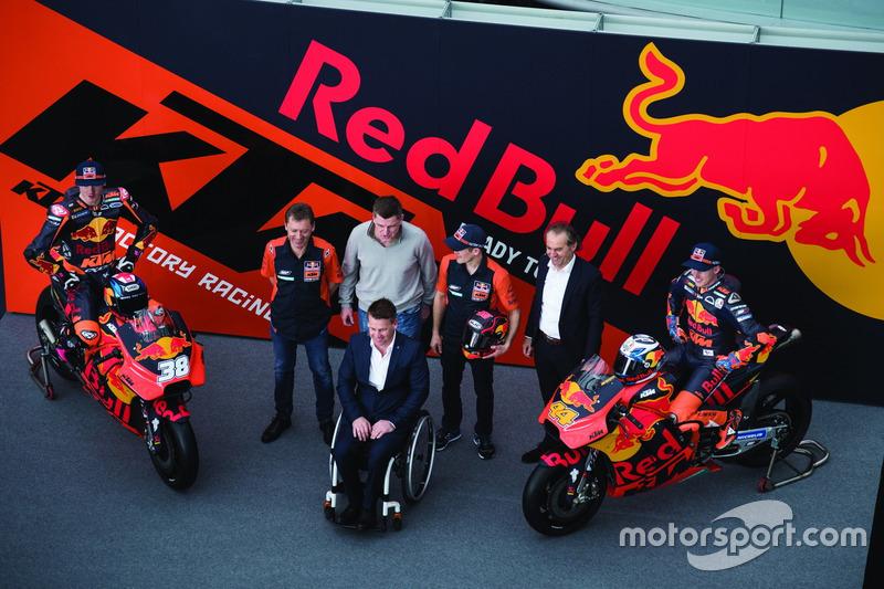 Bradley Smith, Red Bull KTM Factory Racing, Pol Espargaro, Red Bull KTM Factory Racing, Mika Kallio, Red Bull KTM Factory Racing, Pit Beirer, responsable de la división de competición de KTM, Hubert Trunkenpolz, miembros de KTM, Mike Leitner, Team manager